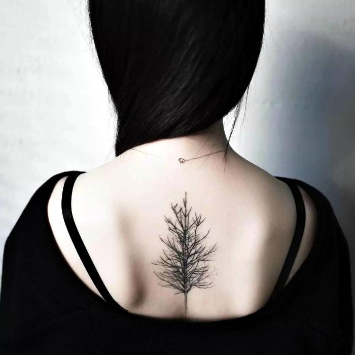 Татуировка с изображением дерева.