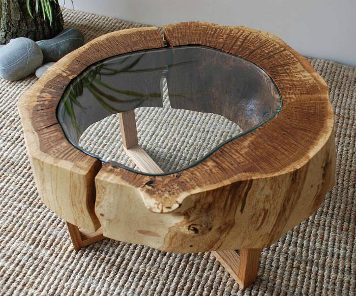 Кофейный столик из дерева и стекла.