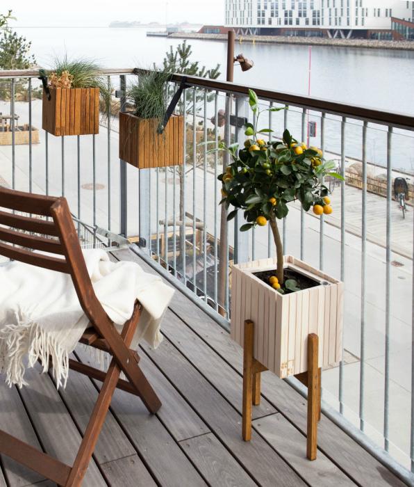 Простенький интерьер открытого балкона. | Фото: Pinterest.