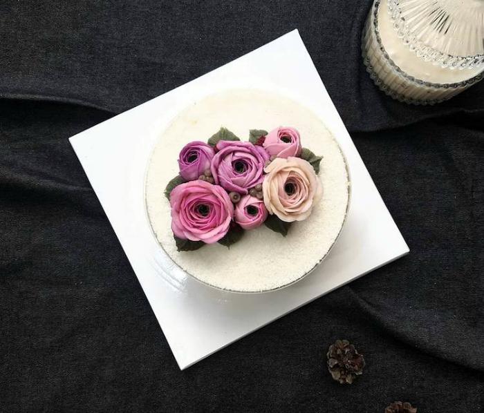 Белый торт, украшенный розами.