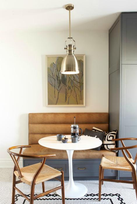 Скромный кухонный уголок с креслом и кофейным столиком.