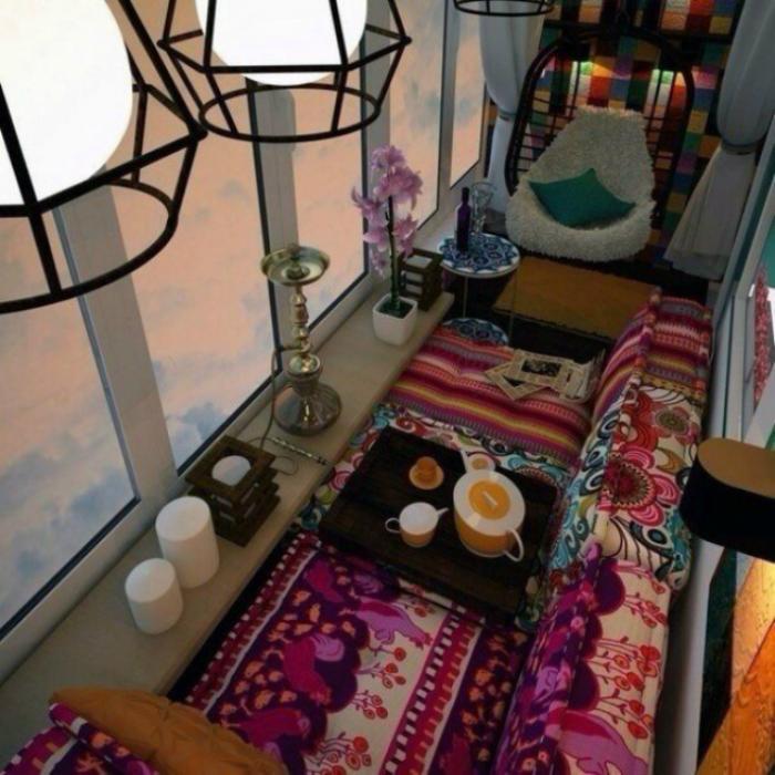 Бесформенные кресла и мягкий диван, застеленные ярким покрывалом.
