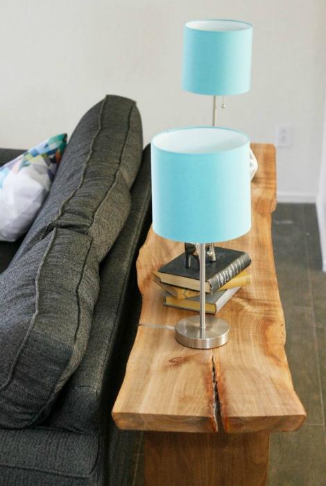 Консольный столик из древесины.