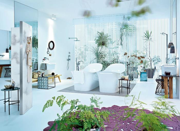 Ванная комната, утопающая в зелени.