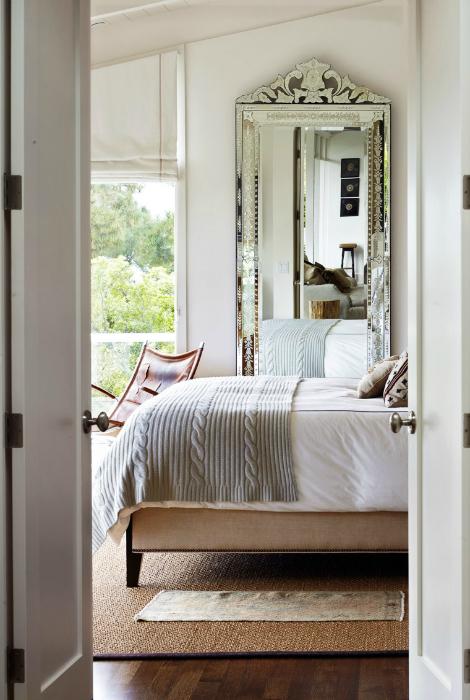 Небольшая спальня с зеркалом.