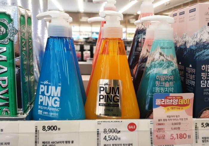 Зубная паста в бутылочках с дозатором. | Фото: Mundo Hoy.