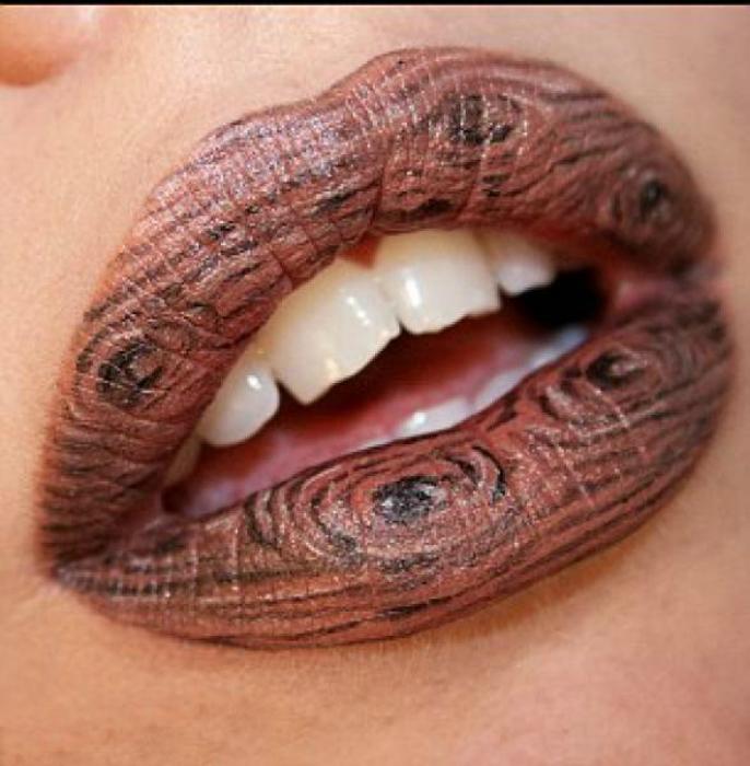 Губы, стилизованные под деревянную поверхность.