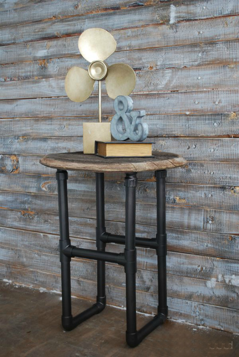 Столик в индустриальном стиле.