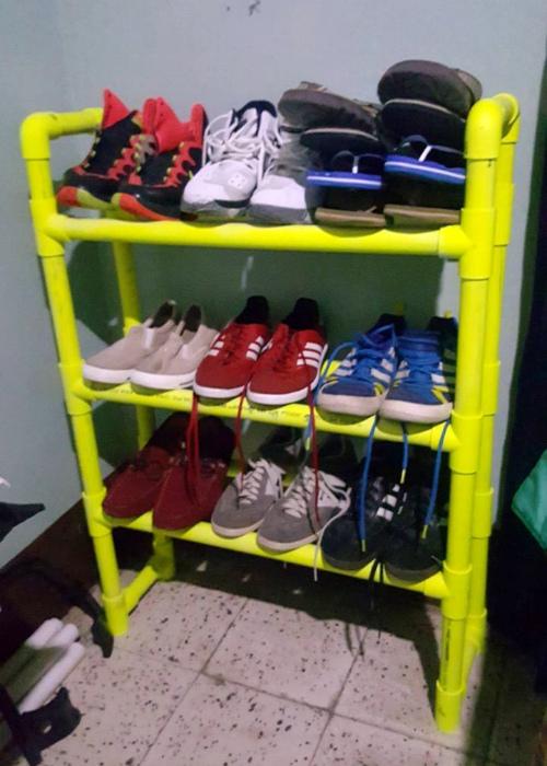 Яркая полка для обуви. | Фото: Pinterest.