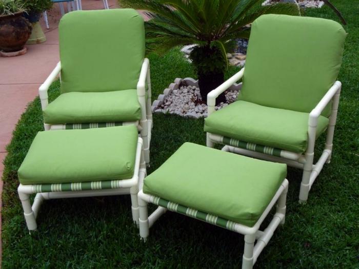 Комплект стульев и табуретов для ног. | Фото: AranyaWiwake.com.