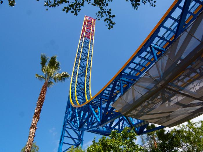 Экстремальная горка в парке развлечений «Шесть флагов» («Six Flags»).