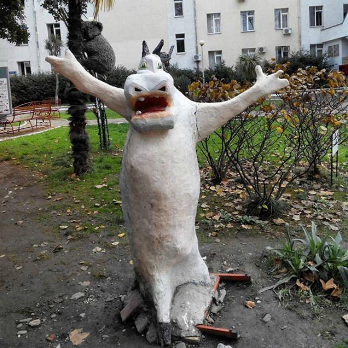 Веселый бегемотик, который пугает птиц, бомжей, детей, а иногда и жильцов двора.