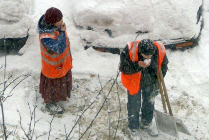Самоотверженные дворники всеми способами уничтожают снег.