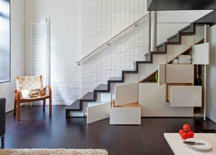 Шкафчики и ящики под лестницей.