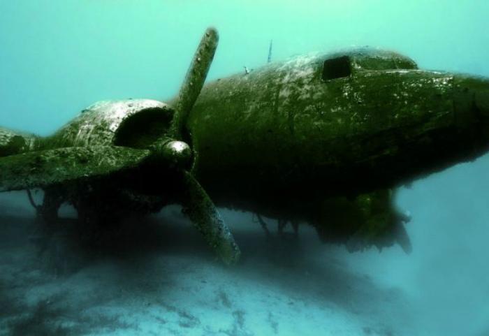 Затонувший самолет.