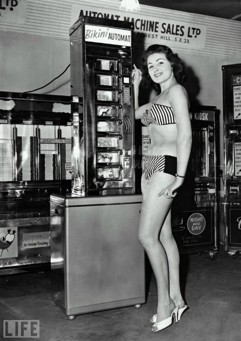 Автомат, в котором можно было купить женский купальный костюм.