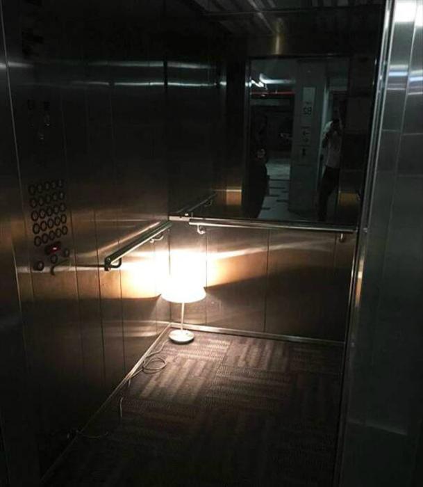 Торшер в лифте. | Фото: HRONIKA.info.