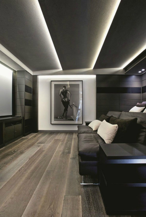 Лаконичный потолок из вертикальных панелей.