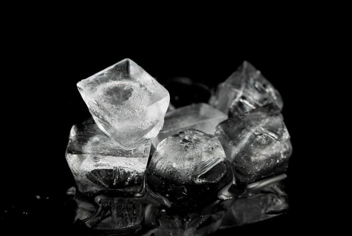 Кубики льда с активированным углем.