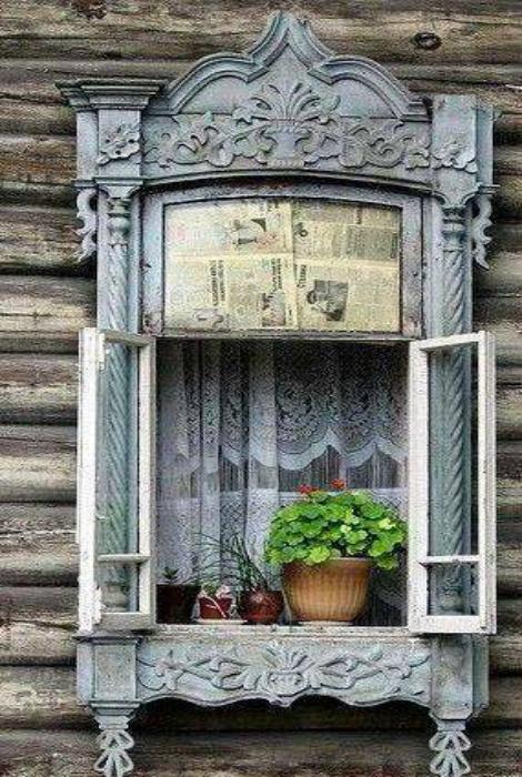 Окно в красивой резной раме. Сибирь, Россия.