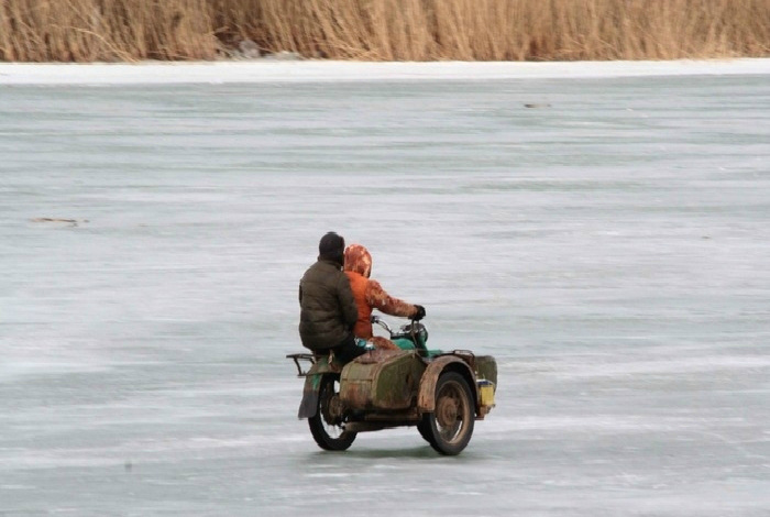 Рисковая зимняя забава. | Фото: Пикабу.