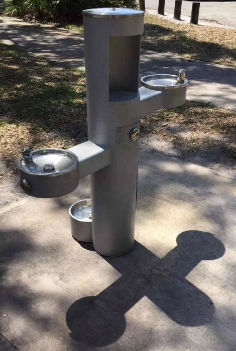 Трехуровневый питьевой фонтанчик.