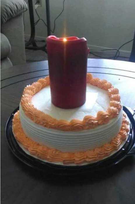 Этот человек, скорее всего, не догадывается о существовании специальных свечей для тортов.