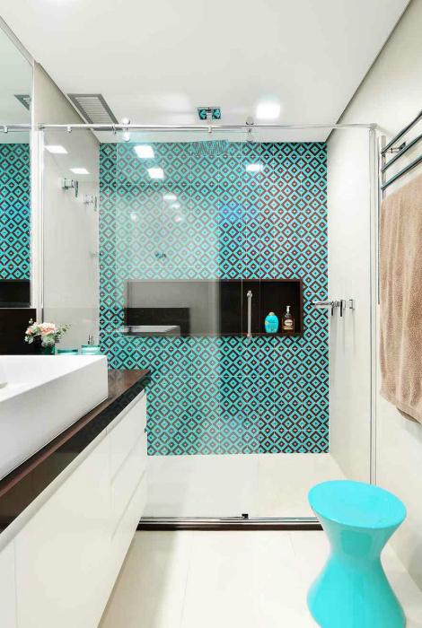 Светлая ванна с голубыми акцентами.