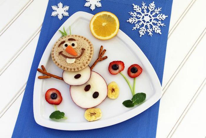 Фруктовый десерт в виде снеговика Олафа.