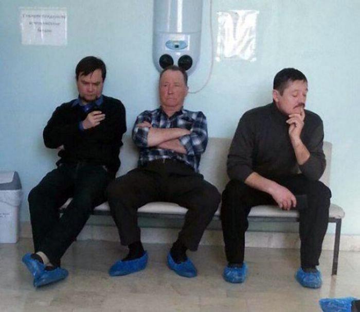 Два мужчины и Микки Маус.