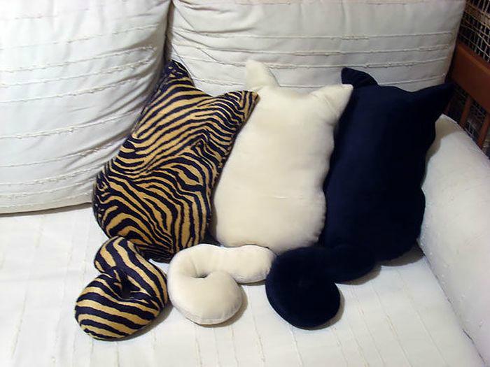 Умилительные диванные подушки, разных расцветок, в виде котиков.
