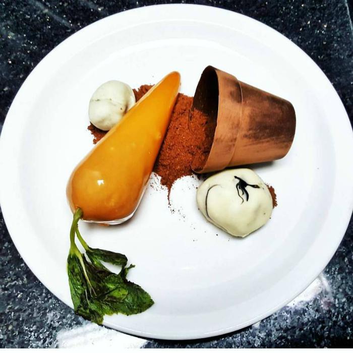 Пирожное в виде морковки.