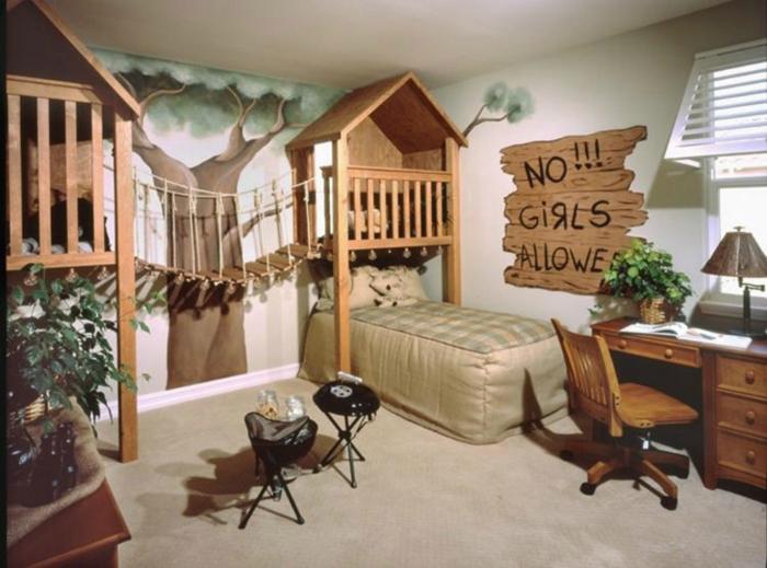 Комната для мальчиков с забавными плакатами и веревочной лестницей между кроватями.