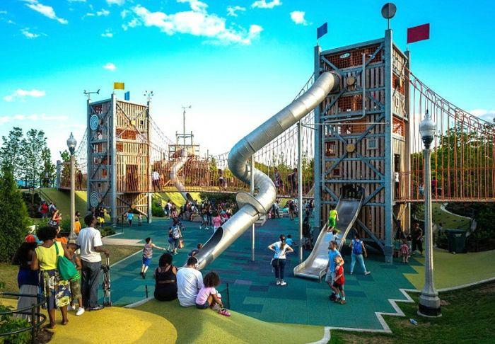 Детская площадка с разнообразными аттракционами. | Фото: Diario Online.