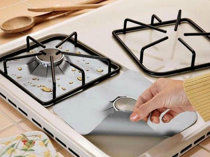 Приспособление для тех, кто ненавидеть мыть плиту. Эти накладки защитят конфорки от жира и грязи.