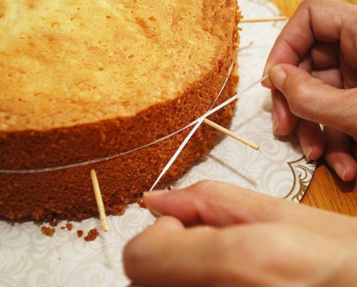 Порезать пирог на красивые коржи. | Фото: i Creative Ideas.