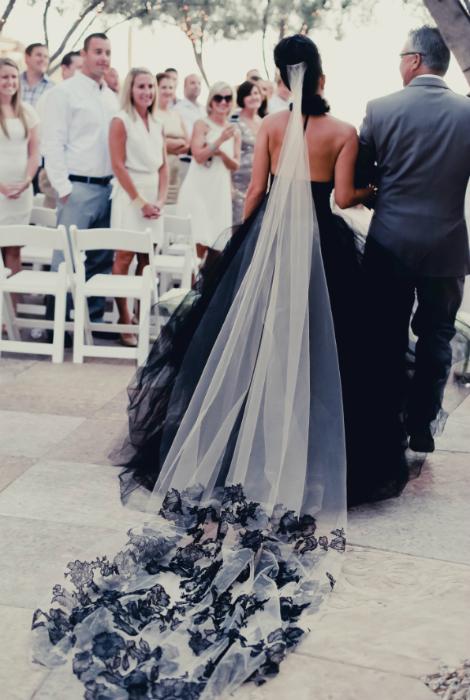 Свадебное платье черного цвета.