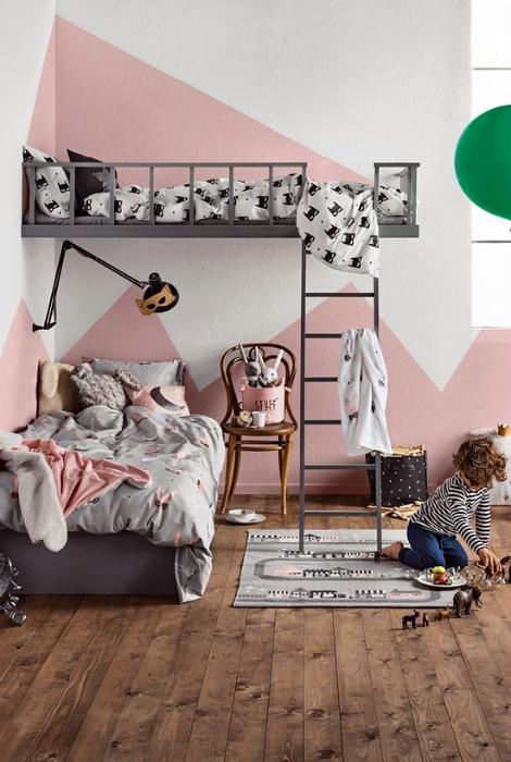 Спальня в бело-розовых тонах.