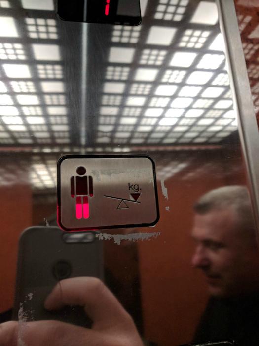 Забавный индикатор веса в лифте. | Фото: Yousense.info.