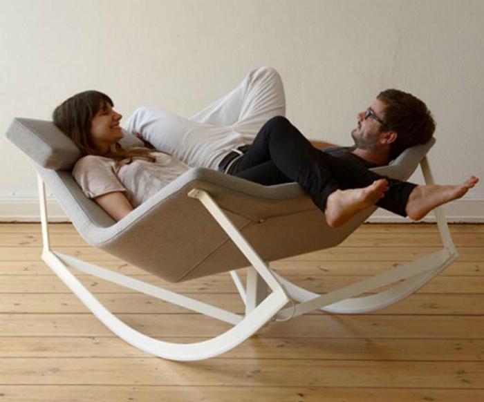 Двухместное кресло-качалка для романтических посиделок.