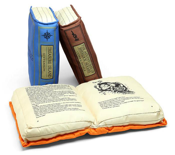 Потрясающие подушки в виде книг.