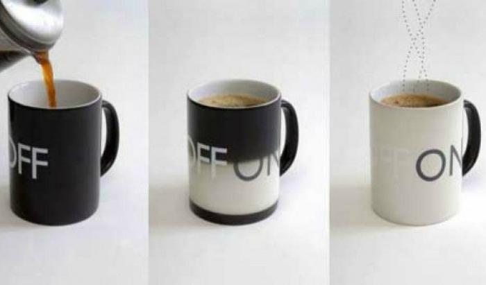 Чашка, которая меняет цвет, когда в нее попадает жидкость.