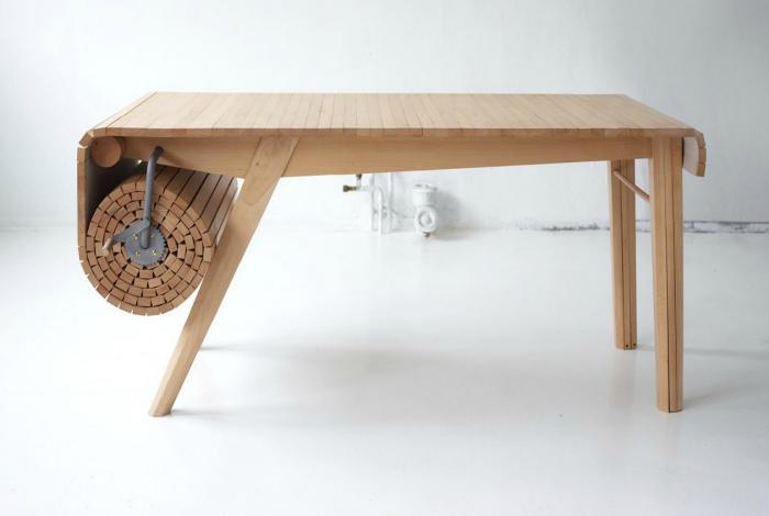 Кухонный стол с рулонной столешницей. | Фото: Ignant.