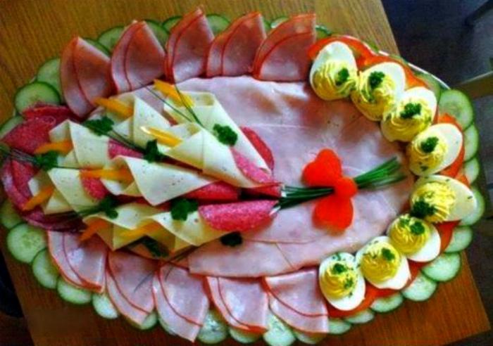 Лилии из колбасы и сыра.