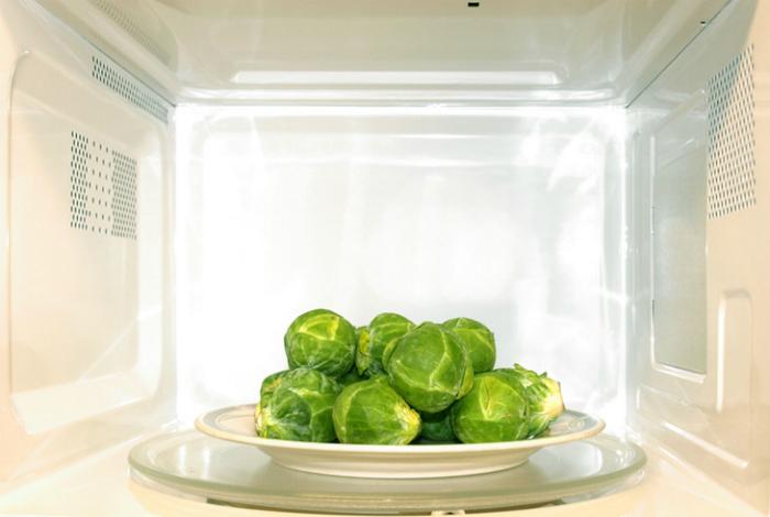 Овощи, запеченные в микроволновке.