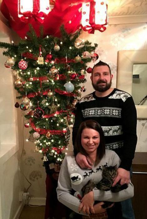 Счастливое семейство у елки.