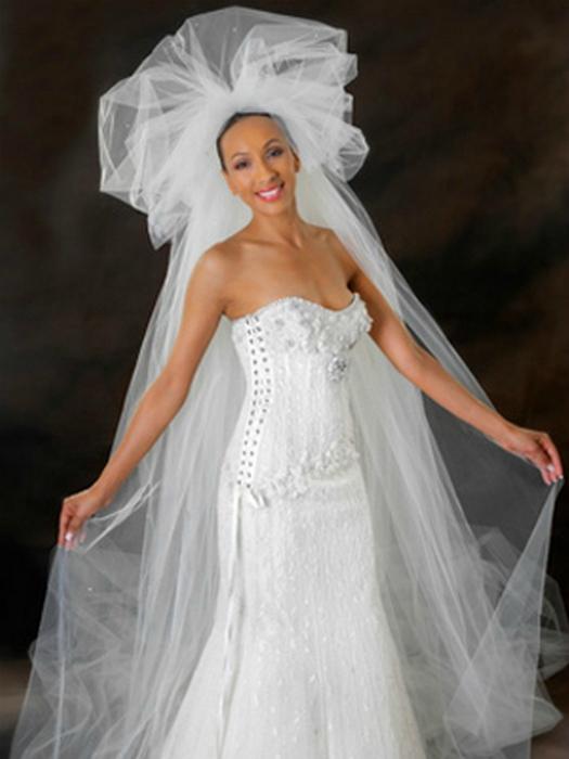 Платье от знаменитого дизайнера Рени Штрауса украшено кружевом и бриллиантами в 150 карат.