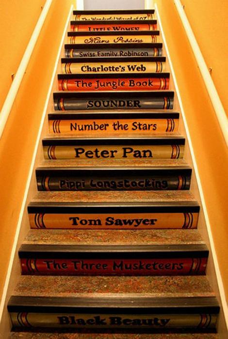 Ступени, стилизованные под книги.