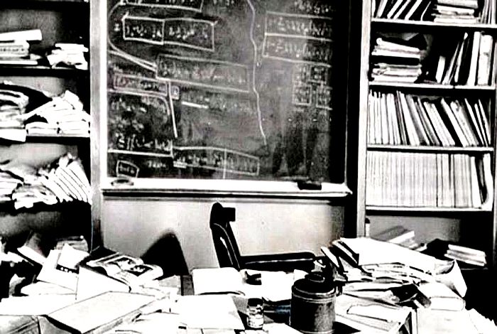 Рабочее место Эйнштейна в день его смерти.
