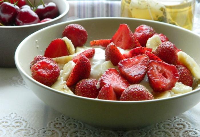Творожный десерт с фруктами.